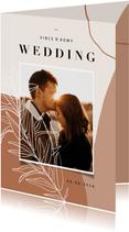 Trendy trouwkaart abstracte vormen aardetint en foto