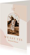 Trendy trouwkaart in roze aardetinten met foto en boog