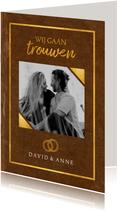 Trouwkaart in trouwboek vorm met bruine kaft