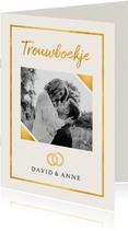 Trouwkaart in trouwboek vorm met witte achtergrond