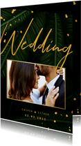 Trouwkaart jungle bladeren met foto en gouden 'wedding'