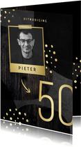 Uitnodiging 50 jaar goud met hout en krijtbord abstract