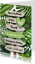 Uitnodiging botanisch groen blad met houten wegwijzer
