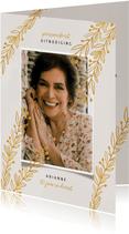 Uitnodiging pensioenfeest vrouw met goudlook takjes en foto