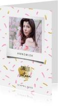 Uitnodiging sweet sixteen met polaroid foto en confetti