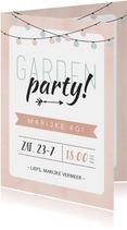 Uitnodiging tuinfeest roze met groene lampjes slinger