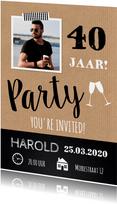 Uitnodiging verjaardag foto typografie kraft krijtbord