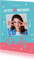 Uitnodiging verjaardag hip en modern met confetti en kleuren
