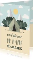 Vakantiekaart 'Veel plezier op kamp' met bos en tent