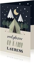 Vakantiekaart 'Veel plezier op kamp' met tent en bos