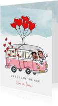 Valentijnskaart met vw busje zwevend aan balonnen