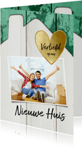 Verhuiskaart huis hout met oude groene verf, foto en hartje