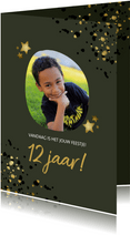Verjaardagskaart groen met foto, gouden sterren en spetters