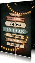 Verjaardagskaart krijtbord houten wegwijzers lampjes slinger