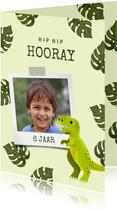 Verjaardagskaart met dinosaurus, bladeren en foto