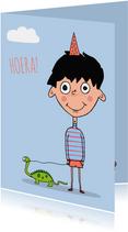 Verjaardagskaarten - Verjaardagskaart met een streepjesdinosauriustrui