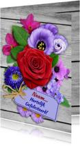 Verjaardagskaart met roos en diverse bloemen op houtprint