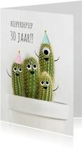 Verjaardagskaart met vrolijke cactussen met ogen en hoedjes