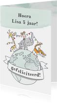 Verjaardagskaart met wilde dieren met slingers op wereldbol