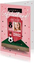 Verjaardagskaart voetbal voetbalveld meisje confetti score