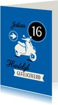 Vrolijke felicitatiekaart met eigen naam en scooter