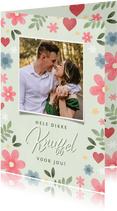Vrolijke fotokaart 'dikke knuffel' bloemen en hartjes