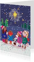 Vrolijke kerstkaart met kinderen in de sneeuw en kerstster.