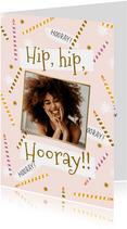 Vrolijke verjaardagskaart met kaarsjes en speelse typografie