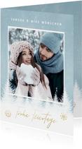 Winterliche Weihnachtskarte mit Schnee, Bäumen und Foto