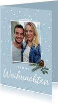 Winterliche Weihnachtskarte mit Tannenzapfen und Foto