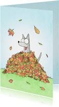 Zomaar een kaart met een hond in een bladerhoop