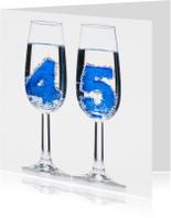 45 in champagne glazen met bubbels