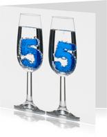 55 in champagne glazen met bubbels