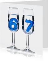 67 in champagne glazen met bubbels