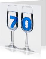 70 in champagne glazen met bubbels