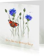 Beterschap korenbloemen met dagpauwoog-vlinder