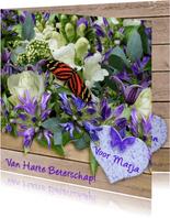 Beterschapskaart,  vlinder en bloemen op steigerhout