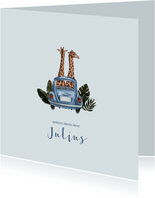Blauw geboortekaartje met giraffen in een auto