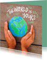 Bruine achtergrond hout met wereldbol in handen