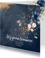 Chique trouwkaart donkerblauw bloemen