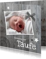 Einladungskarte zur Taufe Foto auf rustikalem Holz