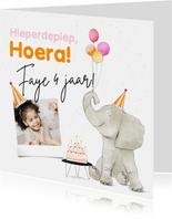 Feestelijke kaart met olifant taart en ballonnen