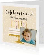 Feestelijke kaart met taart, kaarsjes in vrolijke kleuren