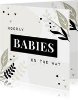 Felicitatiekaart hooray babies on the way met blaadjes