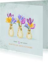 Felicitatiekaart vaasjes met stippen vol kleurige krokussen