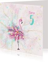 Flamingo met versieringen en confetti