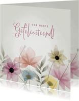 Fleurige verjaardagskaart bloemen van harte gefeliciteerd