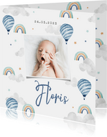 Geboortekaartje jongen foto wolkjes luchtballon regenboog