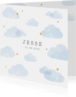 Geboortekaartje lichtblauwe wolken hartjes goudlook