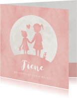Geboortekaartje meisje met zusje hand in hand in volle maan